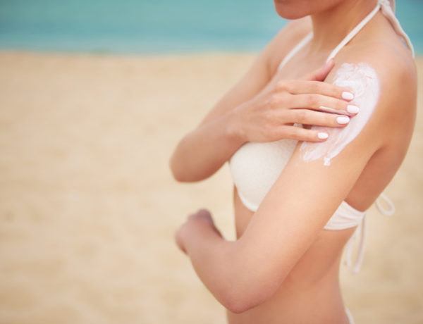 young-beautiful-woman-applying-sun-cream-on-the-beach-600x460 Best of crèmes solaires été 2021
